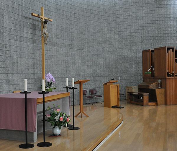 祭壇とパイプオルガン